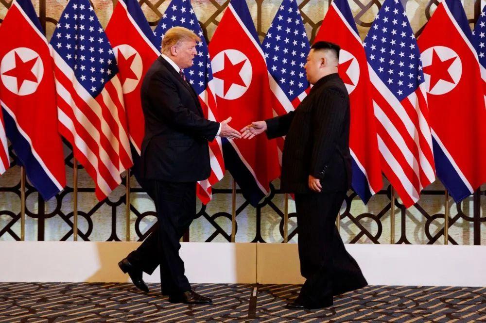 ▲原料图片:2019年2月27日,在越南首都河内,朝鲜最高领导人金正恩(右)与美国总统特朗普会面。新华社/美联
