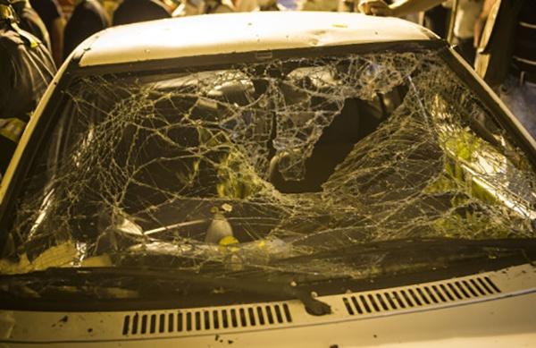 这是6月30日在伊朗德暗兰的爆炸现场拍摄的损坏的汽车。新华社 图