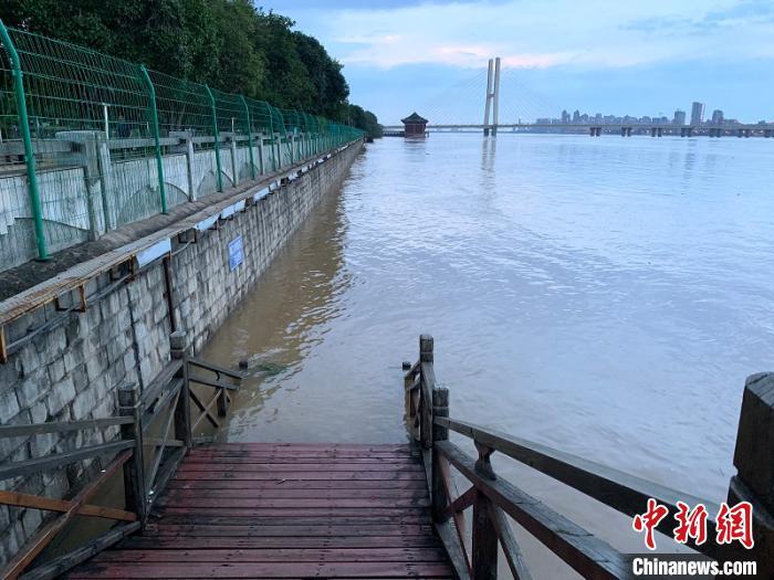 11日晚,长江主要支流之一的赣江南昌段水流湍急,连接赣江的八一大桥的桥墩,已被江水淹没大半。 李韵涵 摄