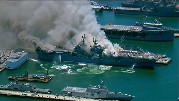 美海军基地一两栖攻击舰爆炸起火致21人伤,或将燃烧数日
