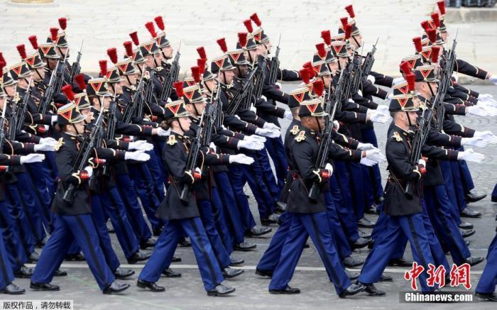 当地时间7月14日,法国巴黎, 法国一年一度的国庆阅兵式在协调广场举走。受疫情影响,法国总统马克龙异国在香榭丽弃大街举走国庆阅兵式,而是在协调广场举走幼型祝贺仪式,向在抗疫搏斗中做出贡献的公民致敬。
