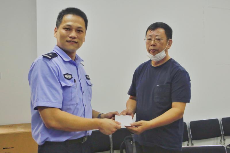 炎忱的上海市民裘老师(右)被找到。 本文图片 徐汇警方供图