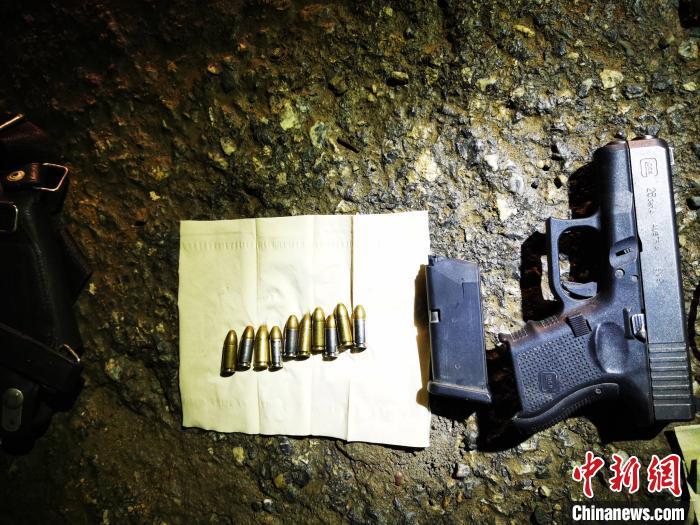 图为缴获的枪支和子弹。红河边境管理支队供图<p>  7月15日,当场从嫌疑人随身携带的单肩包内查获奥地利军用Glock(TWU203)手枪1支、缴获军用手枪1支、将准备运输毒品前往交易地点的三名犯罪嫌疑人抓获,经专案组民警对该案主要犯罪嫌疑人的反复排查和蹲守,确定人员及毒品已进入红河州绿春县。</p><img dir=