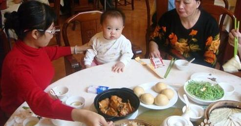 母子俩在饭店一起吃饭,走后老板叹气:这妈妈以后住养老院都费劲