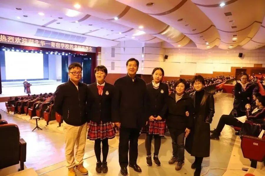 唐楚玥(左二)与华一寄宿老师们在华师一附中合影