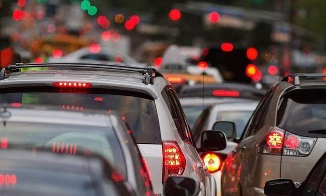 闹心!开车时遇到大堵车,你该如何正确处理?
