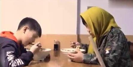 母子俩饭店吃饭,刚走出门老板就叹气:这妈妈以后要住养老院了