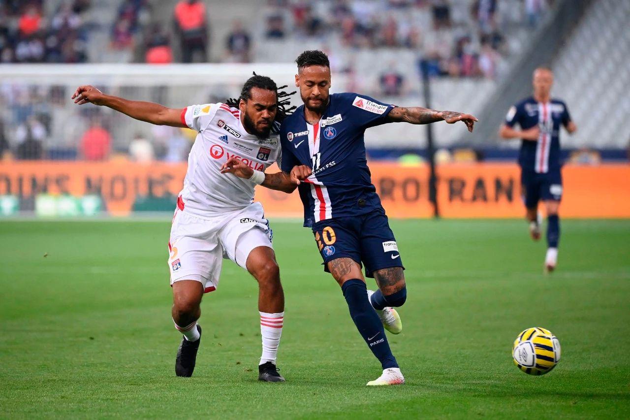 法国联赛杯决赛在法兰西大球场准时打响,法甲冠军巴黎圣日耳曼对阵里昂。双方在常规时间0-0互交白卷