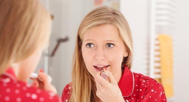 涂唇膏后为什么不能抿嘴?给出答案化妆师,难怪嘴唇越来越黑