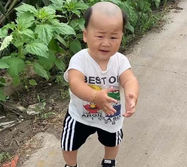 """宝爸给儿子理的发型太""""招风"""",妈妈无语,网友:广坤,是你吗?"""