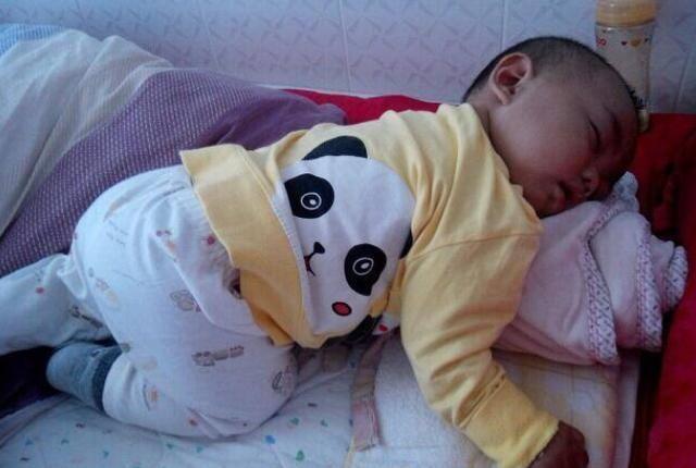 """妈妈总是被娃""""踢醒""""?宝宝睡觉不""""老实"""",多半是这4个原因"""