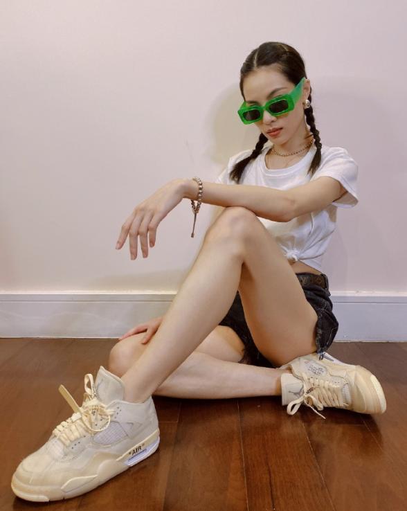 钟楚曦私底下太时髦,镭射眼睛+双马尾,反差感十足的硬核女孩