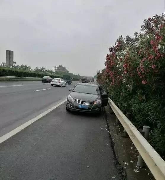 高速上遇到前车急刹车,是躲过去还是一起刹车?别等出事故才知道