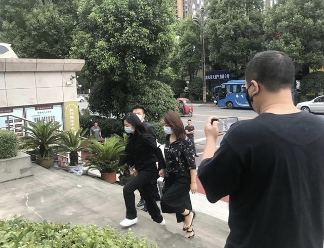 谭松韵现身妈妈被撞案庭审 一身黑色素衣现身打扮十分低调