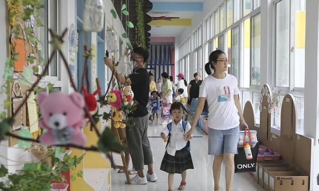 育儿问答:为什么幼儿园老师都说,请家长每天按时接孩子回家?