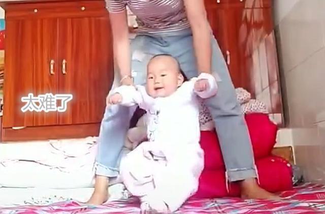 """宝宝被妈妈""""强迫""""练走路,生气后""""一跃而起"""",网友:骨骼惊奇"""
