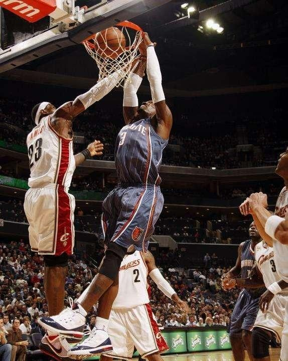 就在NBA上一年的休赛期,黄蜂老板乔丹并没有挑选与全明星等级的后卫沃克续约