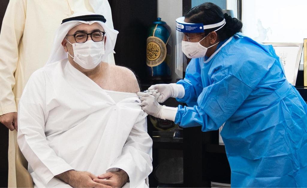 上月,阿联酋卫生部长接种中国研发新冠疫苗(阿联酋通讯社)
