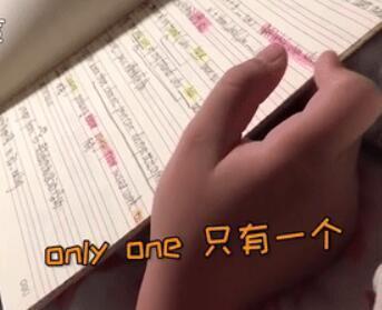 小男孩偶然翻开妈妈的英语笔记,看完就哭了……