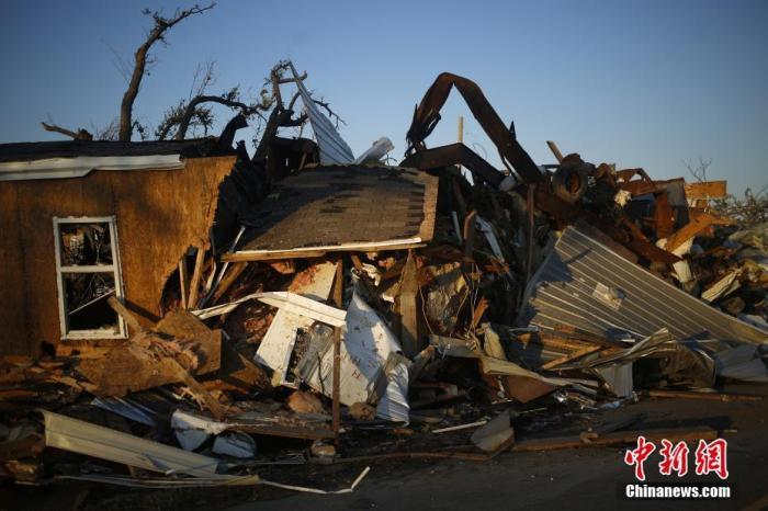 """当地时间2020年10月10日,美国路易斯安纳,飓风""""德尔塔""""过后,给当地的建筑和设施带来不同程度的破坏。图片来源:人民视觉"""