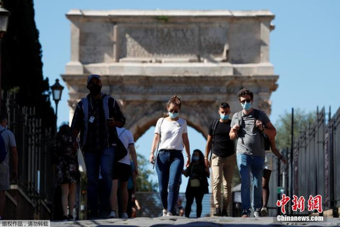 资料图:当地时间10月8日,意大利首都罗马,民众佩戴口罩行走在斗兽场附近。