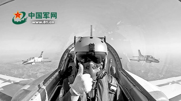 凌思源完成对地攻击任务后与战友返航。孙 钦摄