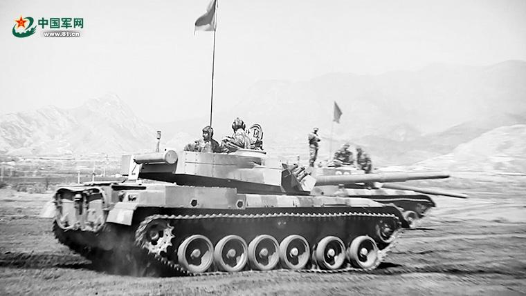 史韩与战友进行坦克射击训练。丁亦邢摄