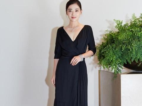45岁梅婷气质真高雅,穿一袭琥珀色丝绸长裙,美得大气从容