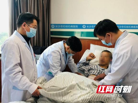 """男子因害怕手术忽视胆囊结石给的""""信号"""" 结果结石掉入胆总管"""