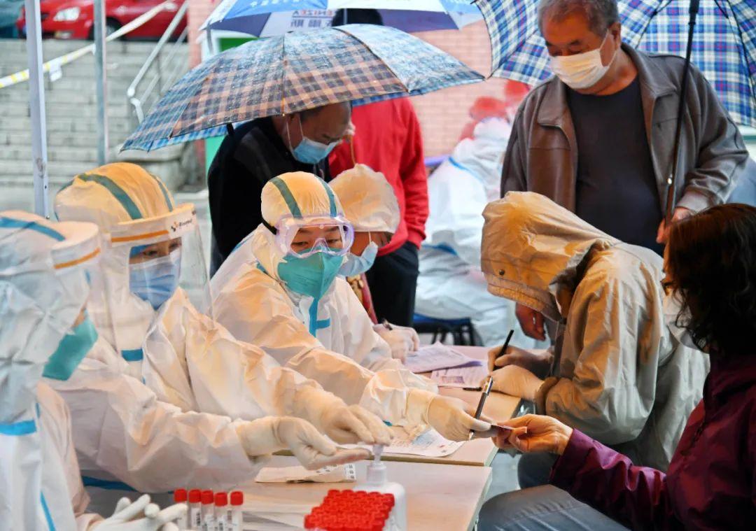 10月14日,市民在青岛市市北区东莞路文化广场检测点登记进行核酸检测采样。