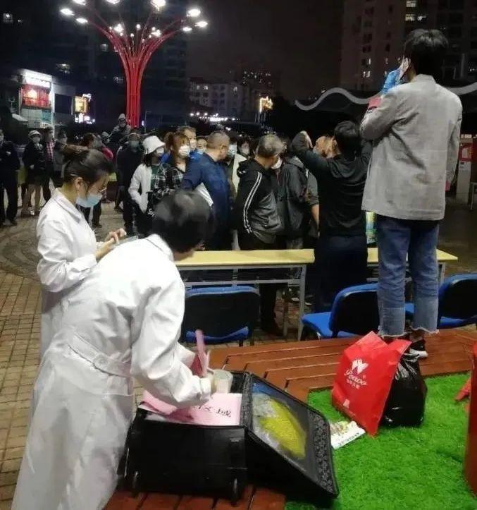 10月11日晚8时左右,青岛市南区香港中路街道。图源:人民日报