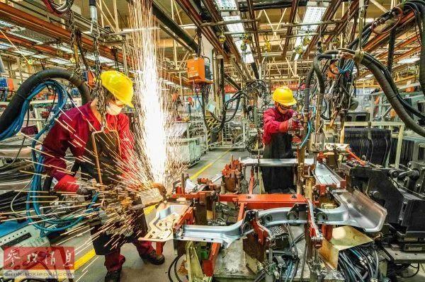 ▲资料图片:6月30日,工人在山东省青州市一家汽车制造企业的冲焊车间内生产作业。(新华社)