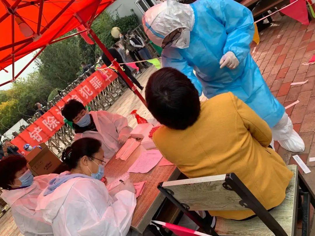 市民一边检测,工作人员一边填写确认表 采访者供图