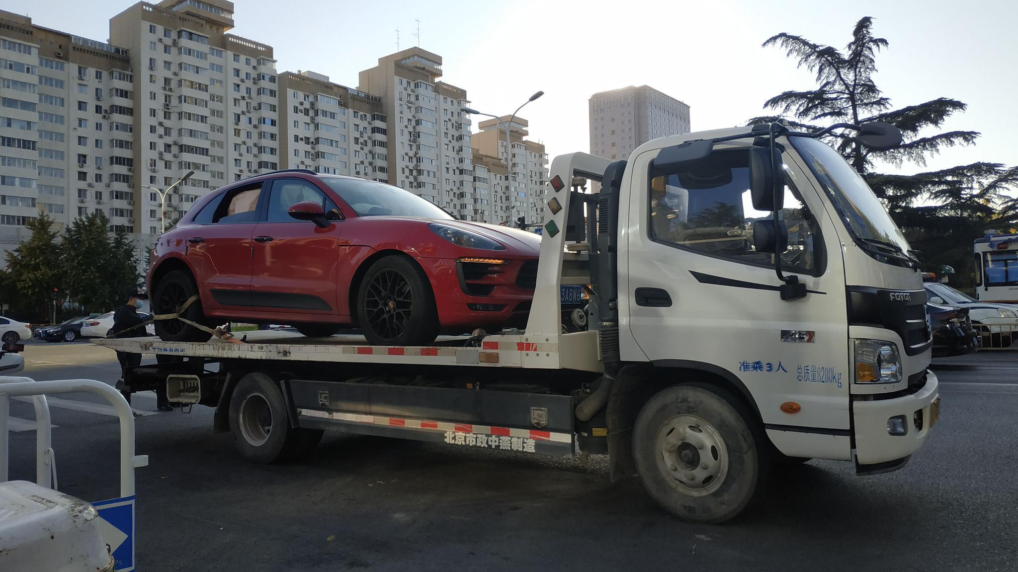 涉事车辆被拖车拖走。新京报记者 刘名洋 摄