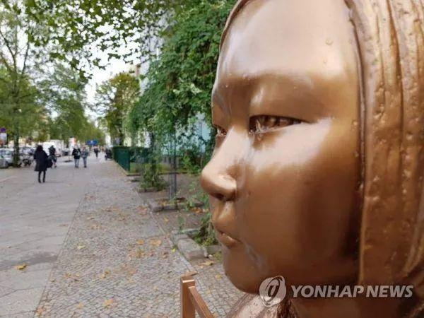 竖立在柏林米特区的象征慰安妇题目的少女像,摄于9月27日 图源:韩联社