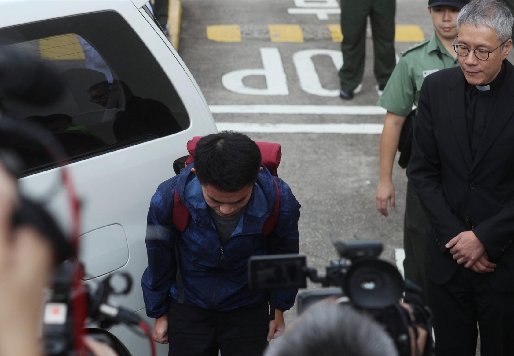 陈同佳去年10月23日出狱后面对媒体鞠躬道歉 图自港媒