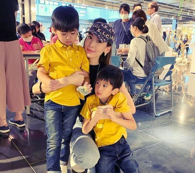 陈若仪带娃做公益,双胞胎儿子大眼呆萌睫毛长,在妈妈怀里乖巧