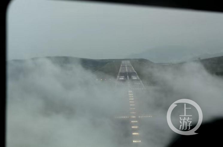 攀枝花机场跑道被低云覆盖时的情景。
