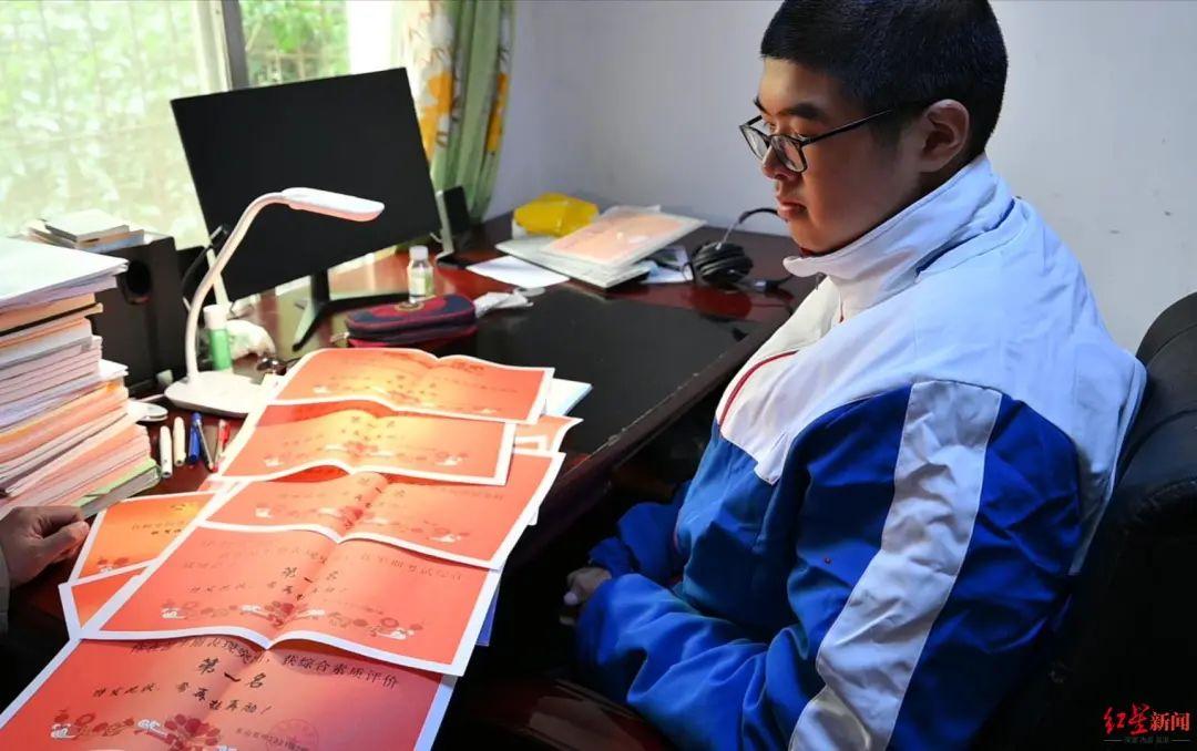 小宇通过自己的努力获得了很多奖状