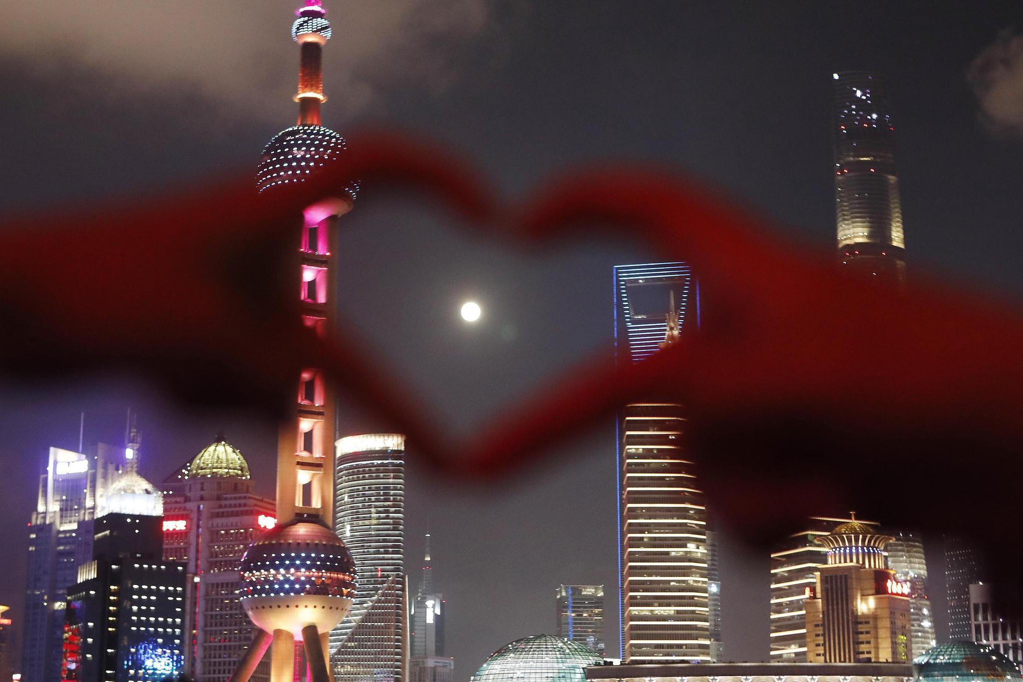 市仄难远战游客邪在上海中滩滨江步叙上拍照、赏月。视觉中国 图