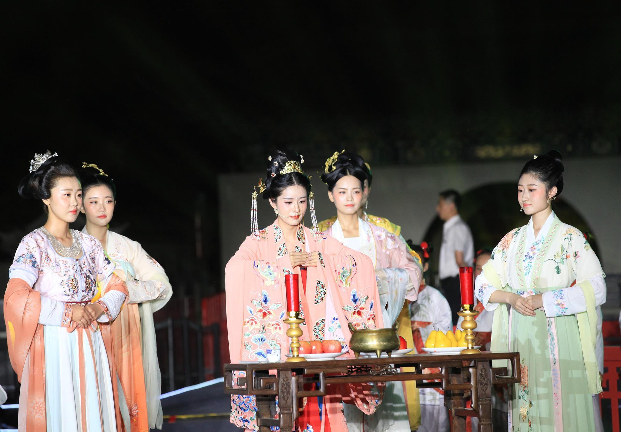2019年秦淮中秋诗会,祭月仪式。 视觉中国 图