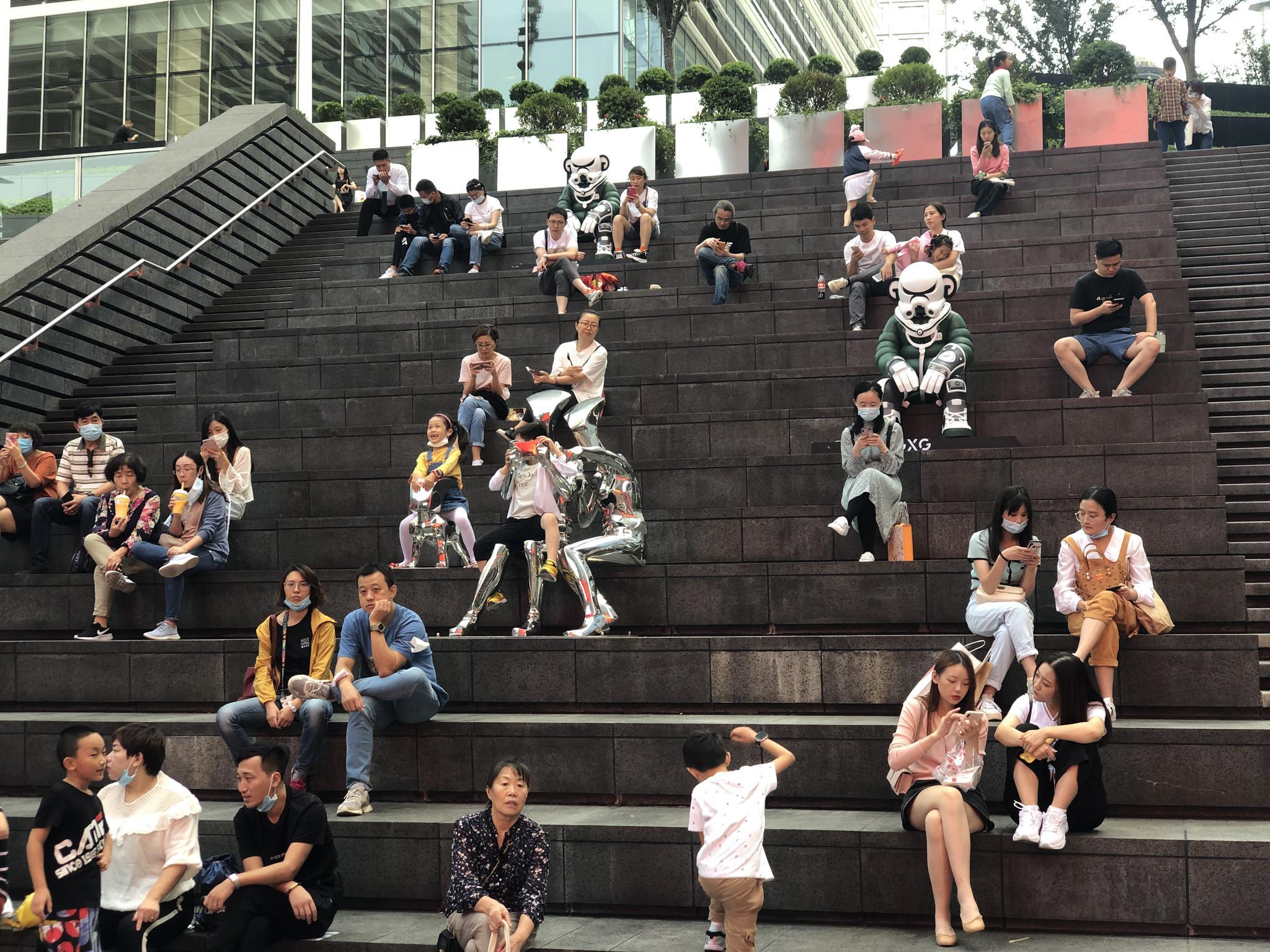 2020年10月1日,陆家嘴中心下沉广场休憩的游客。澎湃新闻记者邹娟 图