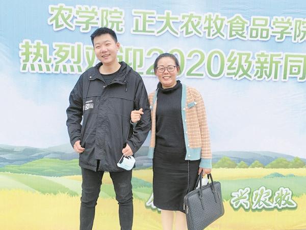 襄阳一对母子同上一所大学 报到现场妈妈向儿子发起学习成绩挑战