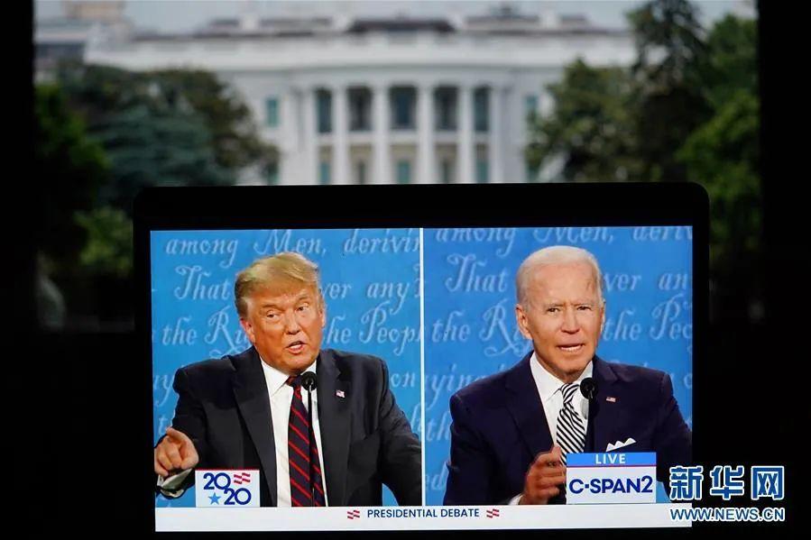 这张9月29日在美国弗吉尼亚州阿灵顿拍摄的视频画面显示,美国总统特朗普(左)与美国民主党总统候选人拜登在俄亥俄州克利夫兰市参加2020年美国总统候选人首场电视辩论。新华社记者 刘杰 摄
