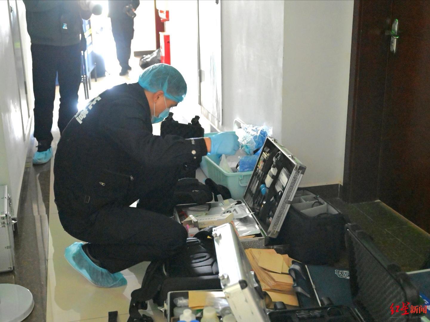 ↑考室外过道中堆满了现场勘查设备。