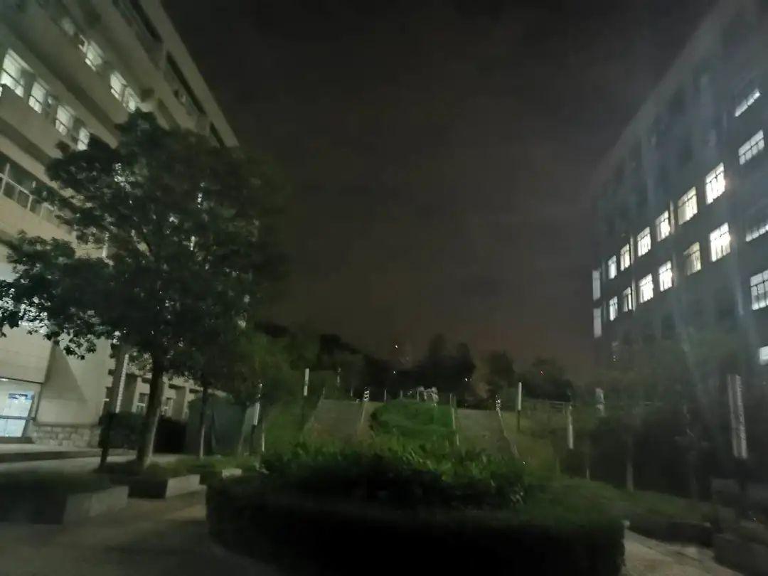 杨凯从图片右侧的江苏大学主A楼6层卫生间坠亡。图 | 新京报记者 杜雯雯 摄