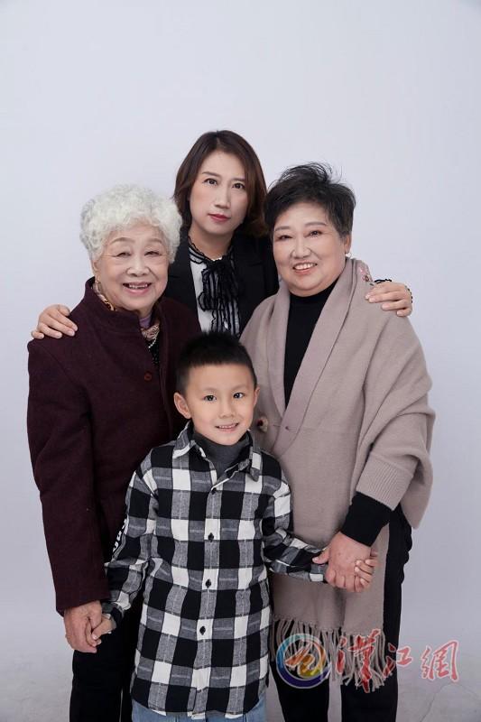 婆婆和妈妈一起化个妆