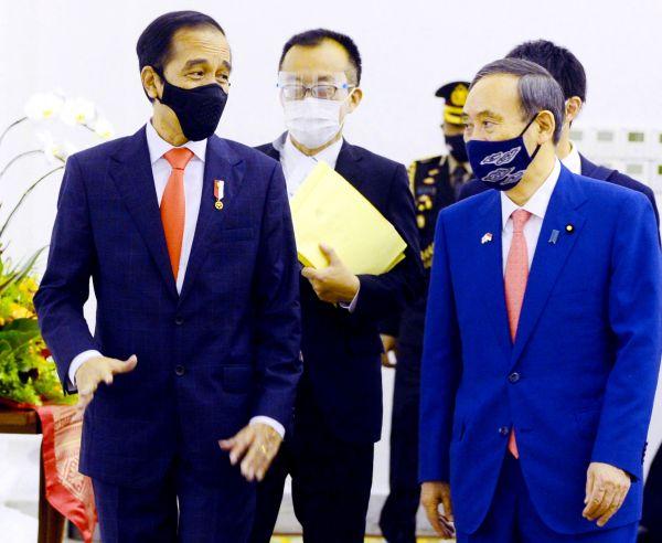 日本始相菅义伟(右)20日在茂物会晤印尼总统佐科。(欧洲消休图片社)