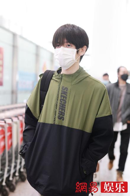 胡春杨穿墨绿色运动服现身机场顺毛造型可爱乖巧