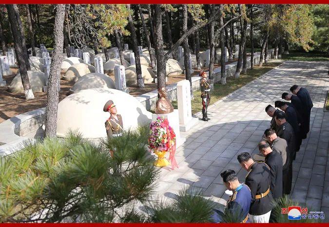金正恩同陪同的朝鲜党、国家和武装力量领导干部一起参观了中国人民志愿军烈士墓。